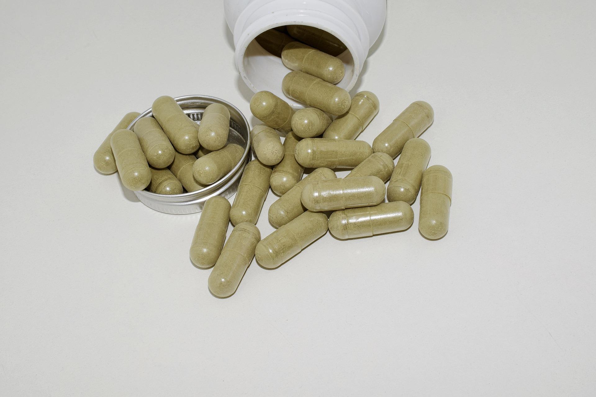 CBD Kapseln mit Hanfprotein sind leicht grünlich und riechen nach Heu.